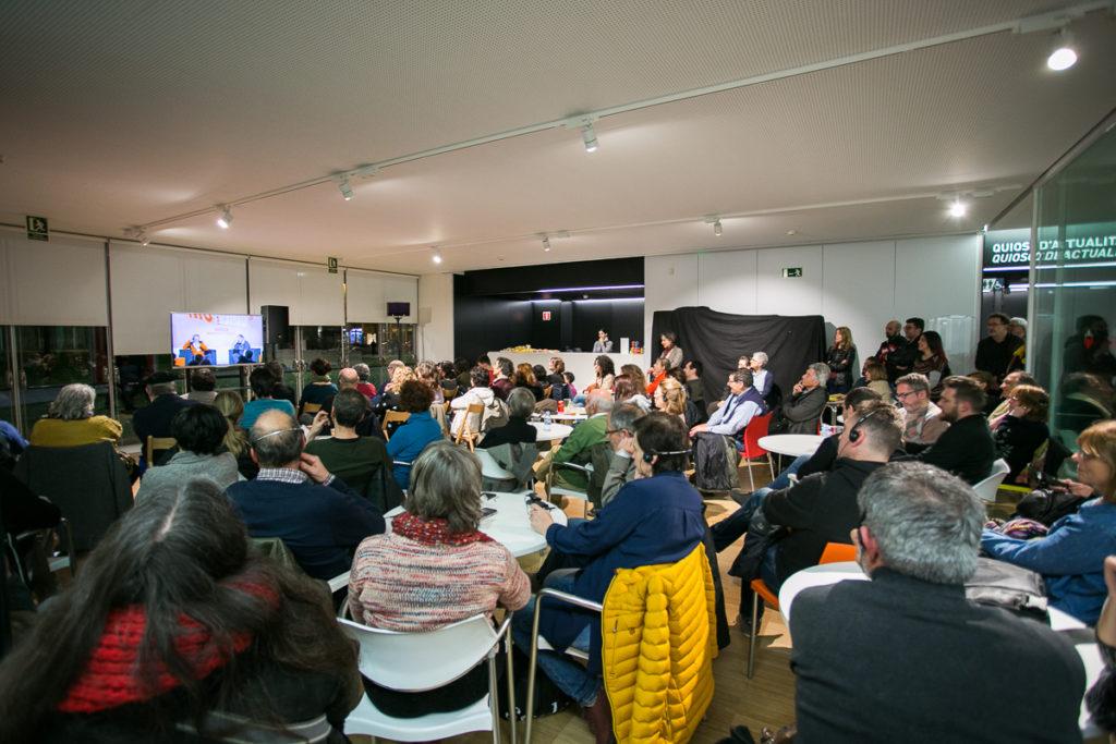 El públic seguint la conversa entre Erri de Luca i David Fernàndez, des d'una de les sales annexes habilitades. Foto: Martí Albesa.