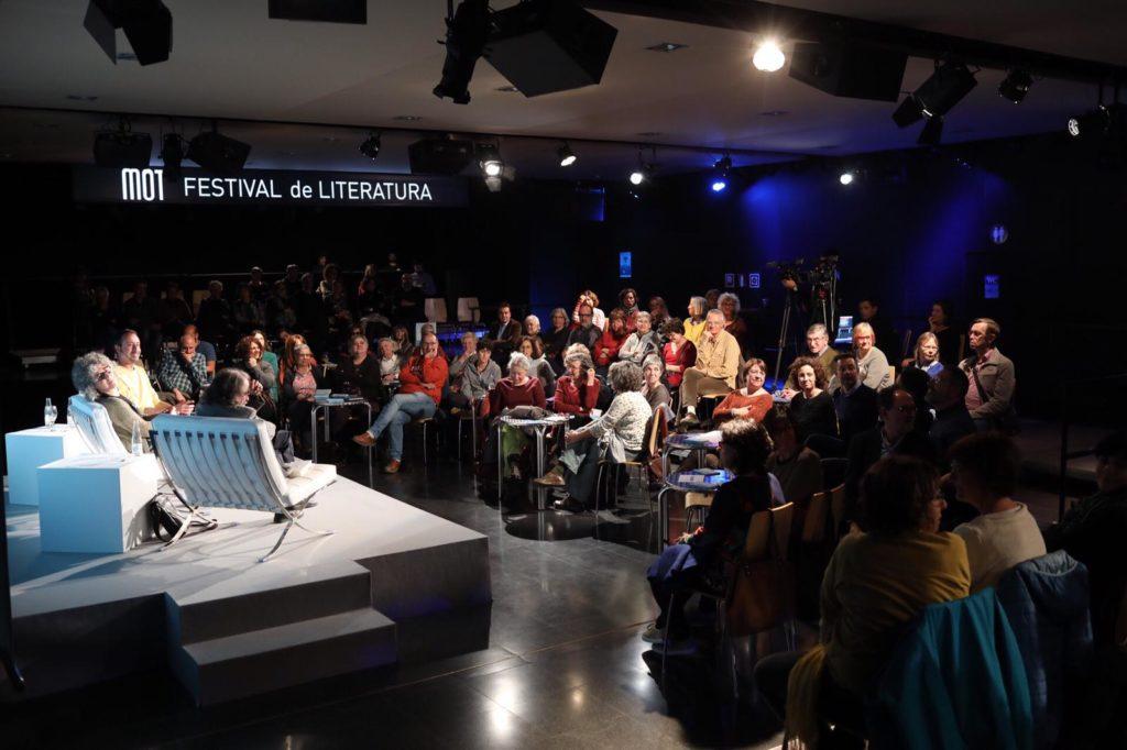 La sala El Torín plena, per escoltar les primeres converses del MOT 2019. Foto: Martí Albesa.